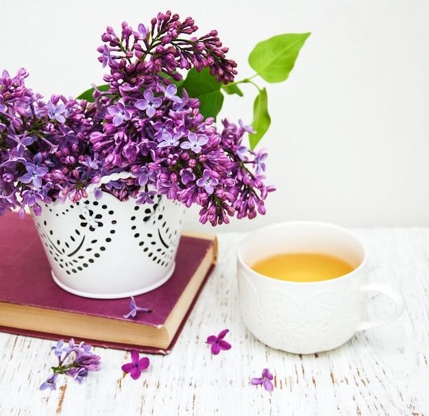 Filiżanka herbaty i kwiatów bzu