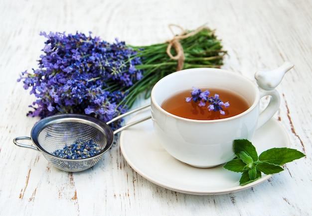 Filiżanka herbaty i kwiatów lawendy