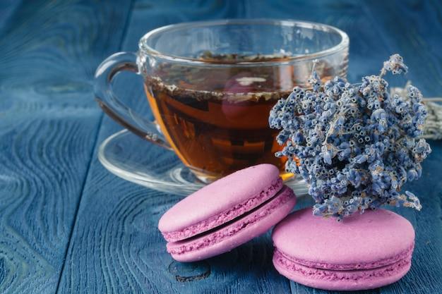 Filiżanka herbaty i lawendy kwitnie na drewnianym tle