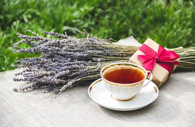 Filiżanka herbaty i lawendy w słonecznym letnim ogrodzie