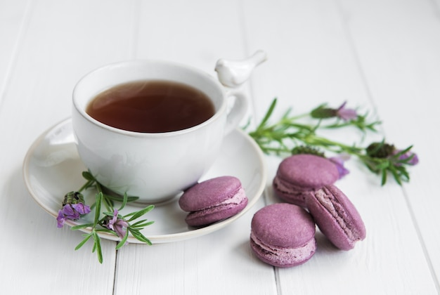 Filiżanka herbaty i macarons