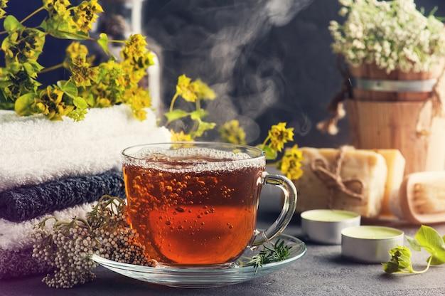 Filiżanka herbaty i pary w układzie spa