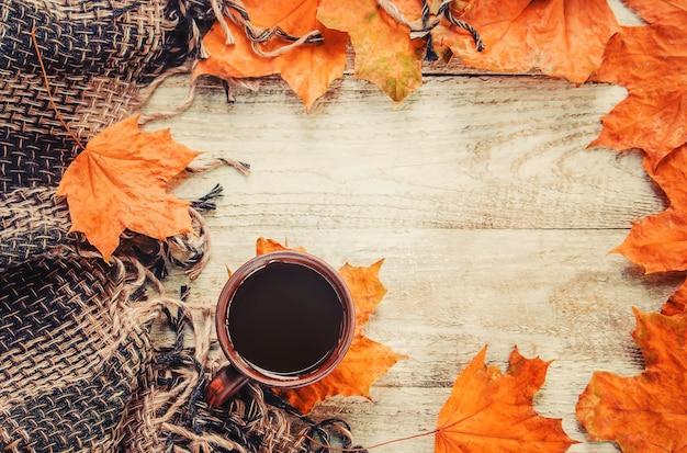 Filiżanka herbaty i przytulne jesienne tło. selektywna ostrość.