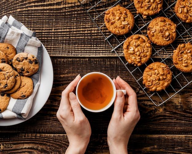 Filiżanka herbaty i pyszne ciasteczka na stole