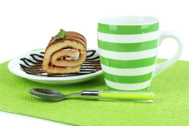 Filiżanka herbaty i słodyczy na białym tle