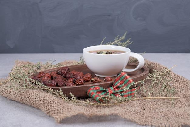 Filiżanka herbaty i suszonej żurawiny na płótnie. wysokiej jakości zdjęcie