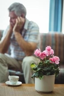 Filiżanka herbaty i wazon z kwiatami na stole