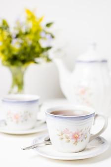 Filiżanka herbaty i zestaw herbaty na stole
