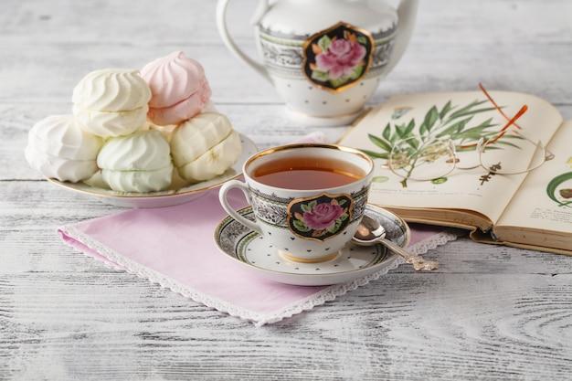 Filiżanka herbaty, książka na drewnianym stole