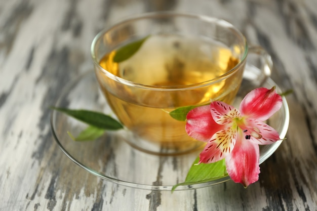 Filiżanka herbaty na drewnianym stole