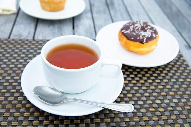 Filiżanka herbaty na stole z morzem w tle