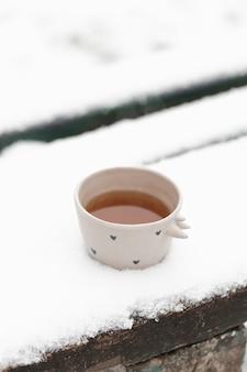 Filiżanka herbaty na zewnątrz w zimie