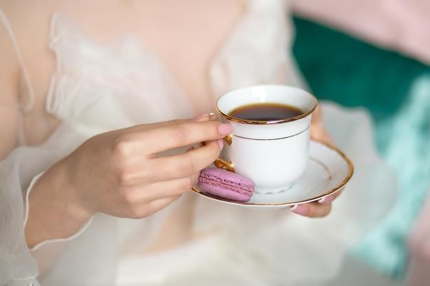 Filiżanka herbaty w rękach dziewczynki