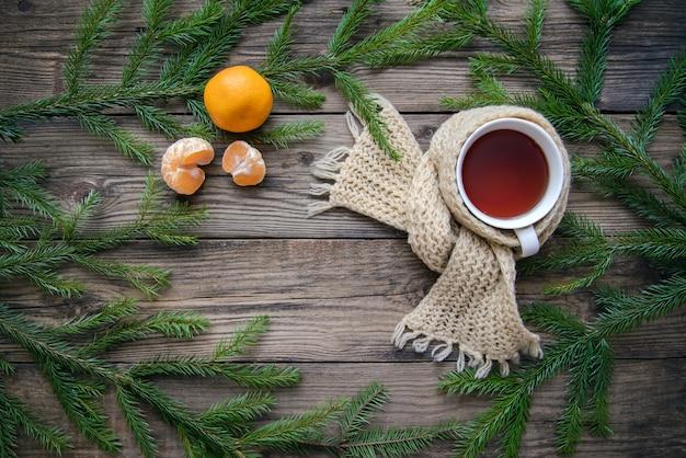 Filiżanka herbaty w szalik i świąteczne dekoracje tło