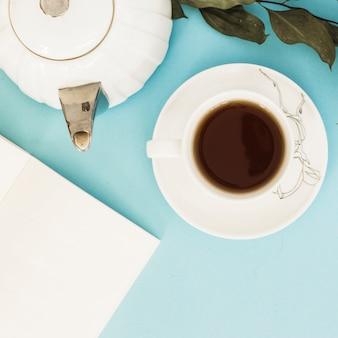 Filiżanka herbaty widok z góry na niebieskim tle