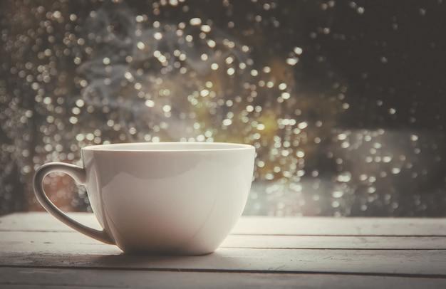 Filiżanka herbaty. witaj, jesieni. selektywna ostrość komfort
