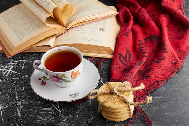 Filiżanka herbaty z chrupiącymi ciasteczkami.