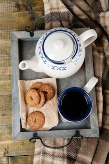 Filiżanka herbaty z ciasteczkami na stole z bliska