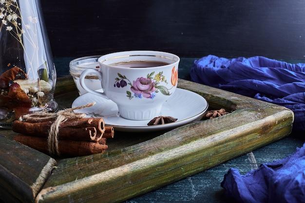 Filiżanka herbaty z cynamonami.