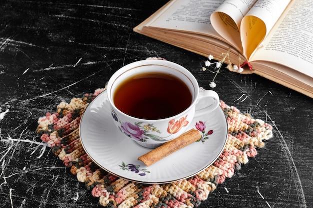 Filiżanka herbaty z cynamonem.