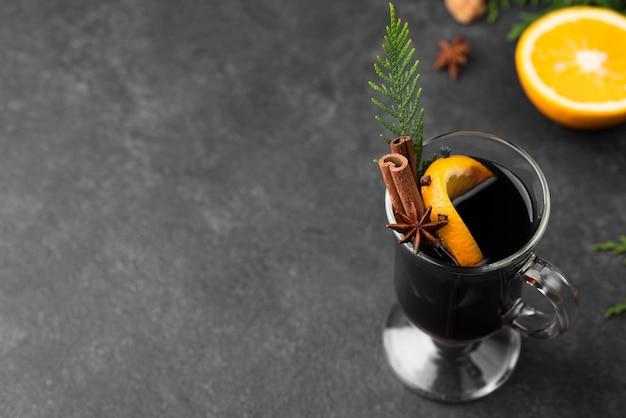 Filiżanka herbaty z cytryną i cynamonem z kopiowaniem przestrzeni