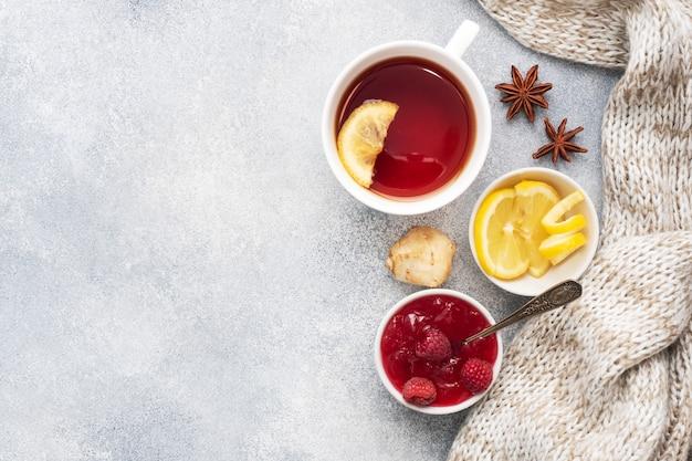 Filiżanka herbaty z cytryną i maliną oraz dżemem