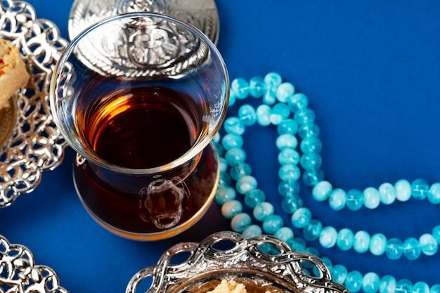 Filiżanka herbaty z islamskimi koralikami do modlitwy