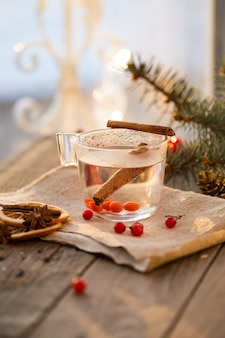 Filiżanka herbaty z kaliny i tymianku na drewnianym stole. herbata witaminowa na przeziębienia.