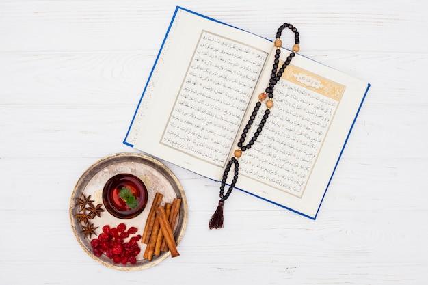 Filiżanka herbaty z koranu i koralików na stole