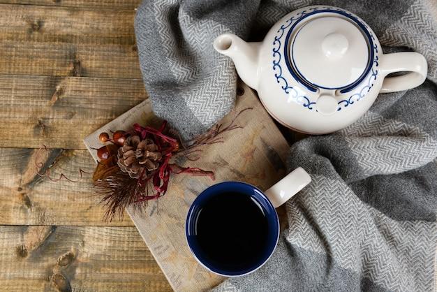 Filiżanka herbaty z książką na stole z bliska