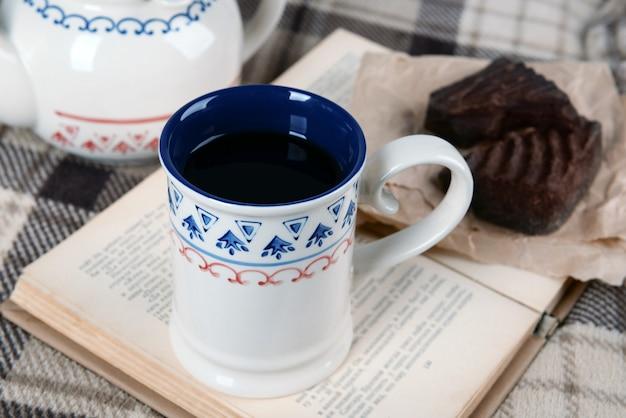 Filiżanka herbaty z książką na stole zbliżenie