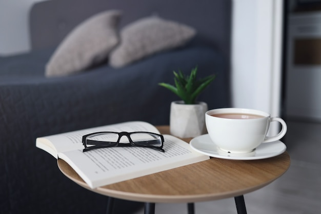 Filiżanka herbaty z książkami na stole w pokoju