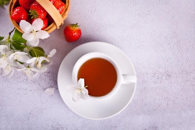 Filiżanka herbaty z kwiatami białej jabłoni