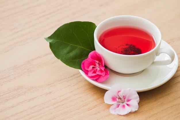 Filiżanka herbaty z kwiatami