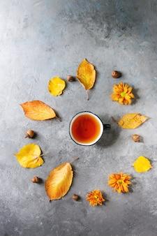 Filiżanka herbaty z liści jesienią