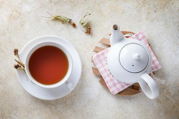 Filiżanka herbaty z miodem i czajniczkiem