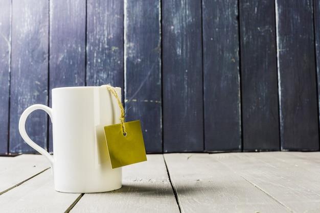Filiżanka herbaty z pustą etykietą
