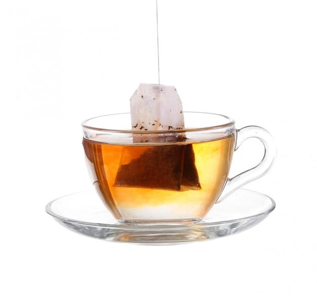 Filiżanka herbaty z torbą na białym tle