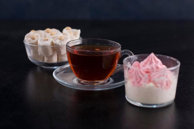 Filiżanka herbaty z tureckim lokum i piankami marshmallows.