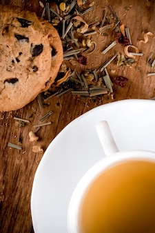Filiżanka herbaty ziołowej i świeże ciasteczka