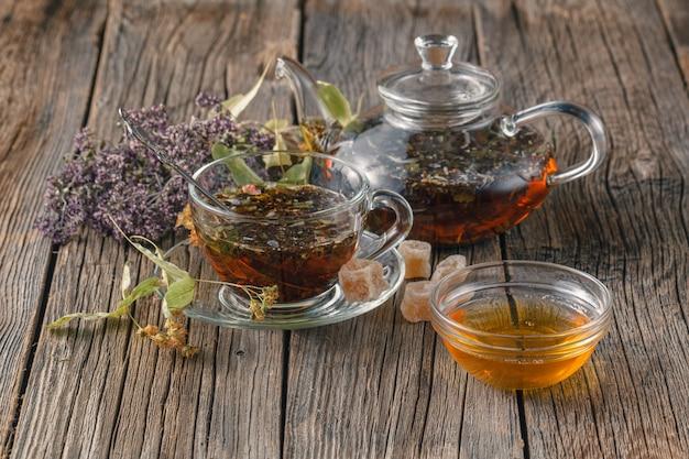Filiżanka herbaty ziołowej z dzikimi kwiatami i różnymi ziołami