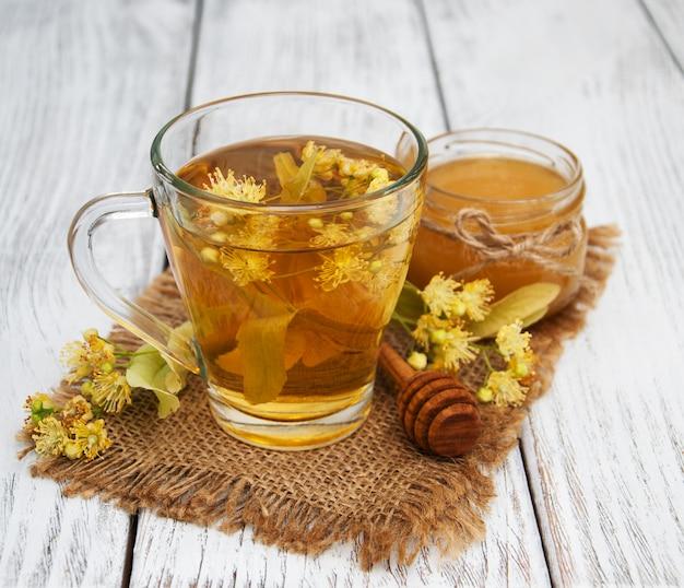 Filiżanka herbaty ziołowej z kwiatami lipy