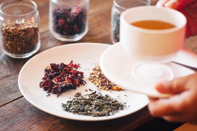 Filiżanka herbaty ziołowej z liści odmiany na talerzu