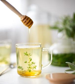 Filiżanka herbaty ziołowej z miętą i tymiankiem