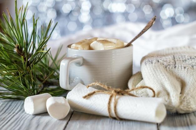 Filiżanka kakao i prawoślazu w sylwestrowej oprawie świątecznego stołu na błyszczącym tle