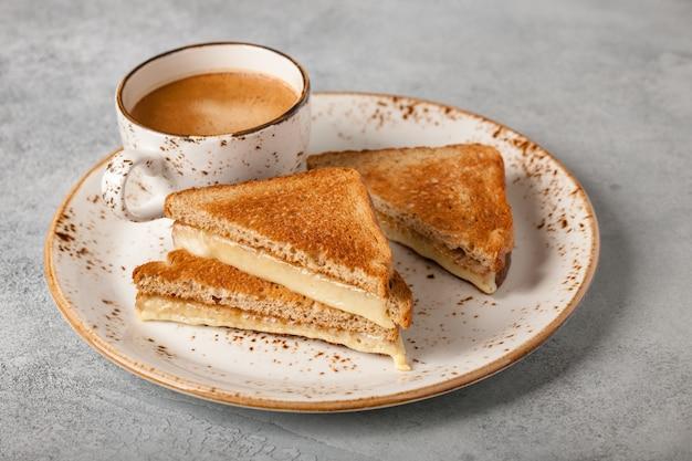 Filiżanka kanapki z kawą i serem?