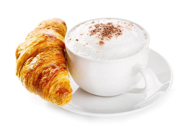 Filiżanka kawy cappuccino i rogalika na białym tle