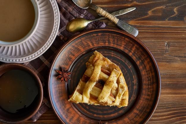 Filiżanka kawy, domowe ciasto brzoskwiniowe, ziarna kawy na drewnianym copyspace rano śniadanie