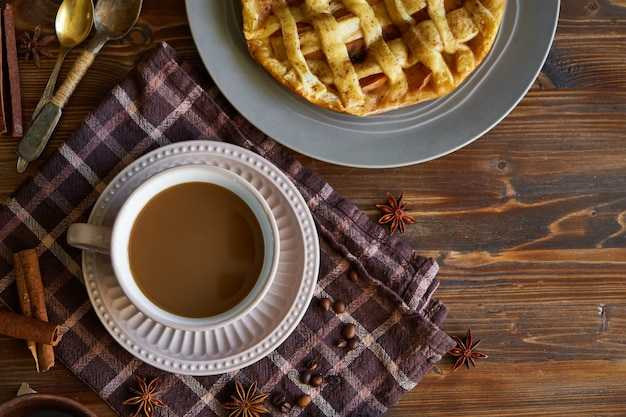 Filiżanka kawy, domowe ciasto brzoskwiniowe, ziarna kawy na drewnianym widok z góry rano śniadanie