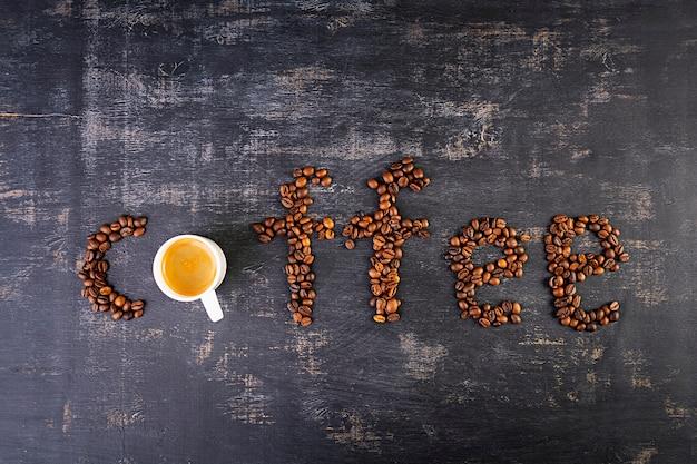 Filiżanka kawy espresso. gorąca napój kawa na ciemnym tle